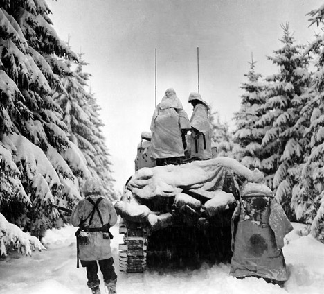 WW2-soldiers-behind-tank-in-winter
