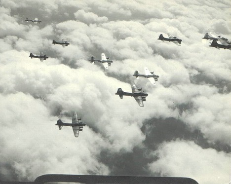 b17-flying -fortress-formation-ww2